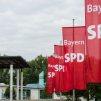 SPD-Flaggen an Fahnenmasten im Wind
